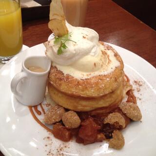 カフェ&ブックス ビブリオテーク 大阪・梅田 - 梅田限定・キャラメルリンゴのパンケーキ 紅茶のカスタードソース