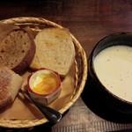 37667989 - 枝豆の温かいスープ、自家製パン