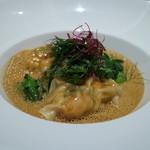 マスドラヴァンド - 大きな手長海老が2尾、肴の出汁を加えたビスクスープ