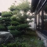 秘伝越前流手うちそば 池田のそば すいこう - 中庭