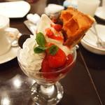 カフェ クオーレ - 苺ワッフルパフェ