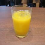 雑魚屋 - ドリンクバーからは朝食でお決まりのオレンジジュースです。