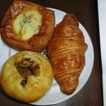 danish×danish baked by BURDIGALA - ポム・ド・テール270円(上)とキーマカレー220円(下)、クロワッサン220円(右)