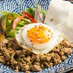 カタラタス - タイの名物料理『ガパオライス』。ひき肉とハーブをスパイスでピリっと炒めました。