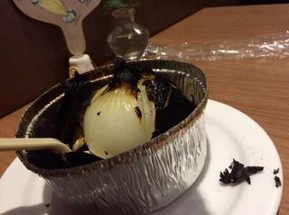 ピッツァ ナポレターノ カフェ - 外の焦げた皮を剥くと、ツルンツルン