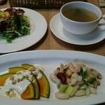 ビストロ&カフェ 六朝館 - lunchサラダと前菜、わかめスープです!