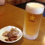青島食堂 司菜 - ビールのアテには、メンマとチャーシュー。醤油ダレがかかっています
