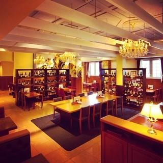 大人数でもOK。華やかな空間で料理とワインを堪能する女子会を