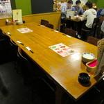 ワイン食堂ウノ - 広々としたテーブル席を6名で利用