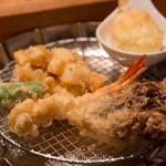 天ぷらめし 金子半之助  - てんぷらめし1皿目(海老、烏賊のかき揚げ、かしわ、野菜2種、たまご揚げ)