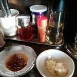 油虎 - 自家製食べラー油とニンニク、マヨネーズ
