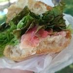 37717892 - サラミとトマトのサンドイッチ