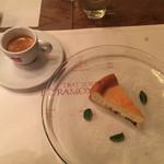 37718754 - マルサラ酒漬けのレーズンの入ったベイクドチーズケーキとエスプレッソ