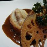 やまと吉永 - レンコンチップスと鯛のパイ包みカレーソース