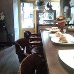 デザートカフェ ユウタ - カウンターは5席、テーブル席は合計10席あります。