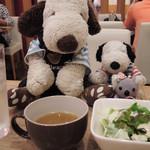 羊の家 - 美味しそうな洋食メニューがいろいろあって迷ったんだけど、 ボキらは3人とも同じメニューを注文 先に付け合わせのスープとサラダが運ばれてきたよ。