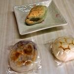 南峰堂本舗 - 料理写真:3つ買って食べてみよーぉ!!