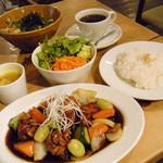 ハイファミリア - 黒酢酢豚セット¥950/飲み物、ライス、サラダ、スープ付き