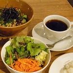 ハイファミリア - セットのサラダとコーヒー