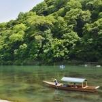 茶寮 八翠 - 翡翠色に輝く保津川の眺めをお楽しみください。