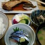 京 - 『天然ぶり照焼定食』¥900-と サービスのしめさば刺