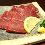 だんだん茶屋 - 鯨赤味刺 最近ではなかなか食べられなくなった鯨の刺身です。 900円