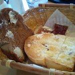 3774156 - 9時までは食べ放題のパン。