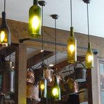 トラットリア・アリオリ - ワインの瓶で作られた照明や雑貨がお洒落,見ていて飽きません。