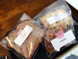 ヨムパン - トマトの焼き菓子を入れた3個を別に包んでいただきます(2015.5.8)