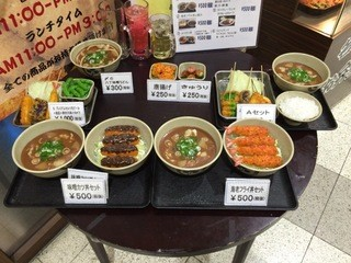 丸勘 - 入口にはランチメニューの食品サンプルが並べられています