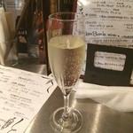 コッコロコ - まずはスパークリングワインから、辛口でスッキリ(^_^)