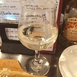 コッコロコ - 白ワインは何故かプレモルのグラスで⁉️ このグラスはこの間のビール工場見学で売っていた(^_^)