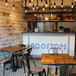 ルーフトップス - 店内も海沿いのカフェような明るくおしゃれな空間♪