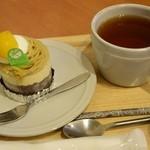 37751393 - モンブランと紅茶