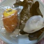 丹野屋菓子店 - 料理写真:今回購入の柏餅と黄金いも