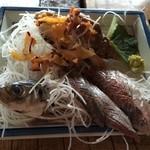 漁師料理十次郎 - 鯵の刺身+貝も付いてます