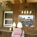深山のカフェ食堂 - お店横では、ホットドッグなどテイクアウトできます♪