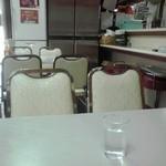 味の枝 - テーブル席とカウンター席(2015年5月9日撮影)