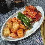 炭火焼肉・韓国家庭料理 ソナム - 美味しい キムチ盛り合わせ 972円