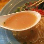 来々軒 - 細かな脂の浮いたスープ