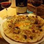 ハスキー - キノコのピッツァと赤ボトル