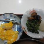 茶房本社 - めざし&玉子焼き、古漬けいろいろ。
