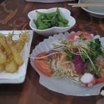 久茂地の穴 - 海鮮サラダ290円、島ラッキョ天ぷら390円