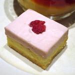 ティーベニール - 二種(抹茶・苺)の二層チーズケーキと京都美山産卵のカスタードプリン(苺チーズケーキ、2015年3月)