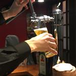 又べゑ - 生ビール注いでます♪