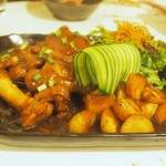 ゆるり 中華食堂 癒食同源 - 豚足と新じゃがのピリ辛煮込み