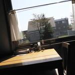紙ひこうき - テーブル席