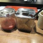 那かむら - ちょっとお腹が空いてたんで天婦羅が揚がるのを待つ間にテーブルに置いてある塩辛等でご飯をパクリ。