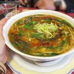 広東飯店 美香園 - 友人は黒酢の酸辣湯麺(スーラータンメン)を注文しました。       これは人気メニューらしく、ランチで来た会社員のおじさま達も注文してました。