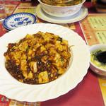 37795423 - 新ご当地B級グルメの麻婆焼きそばです。                       中華麺に麻婆豆腐をかけたマーボー麺なら頂いたことはありますが、                       焼きそばとなると珍しいですね。